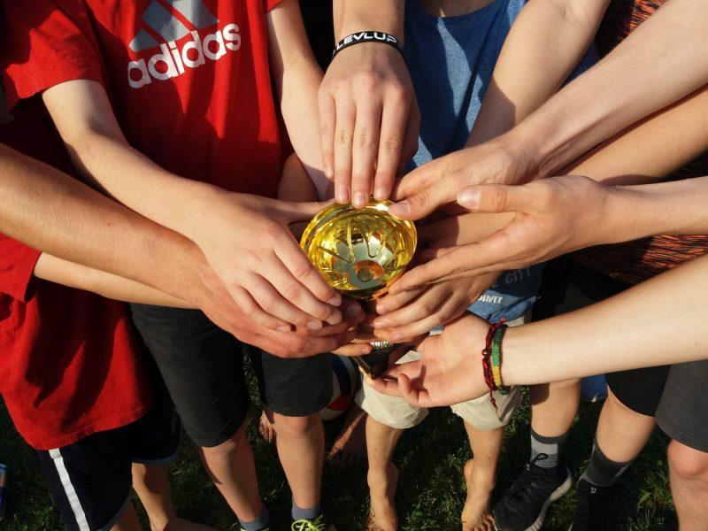 Viele Hände strecken sich nach dem Pokal beim Volleyballturnier der Ministraten